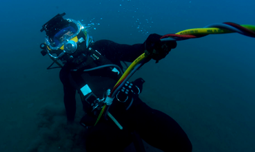 diver with excursion umbilical